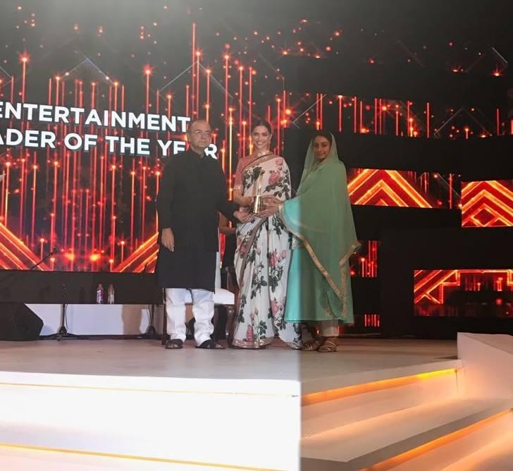 Deepika Padukon in award function
