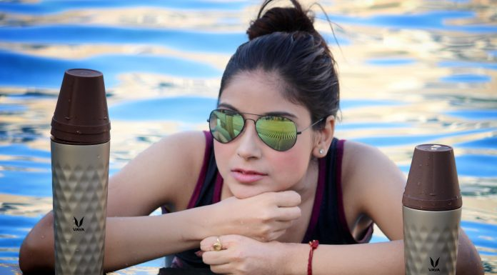 vaya India, vaya, Swimming pool photography, Tumblers, best tumblers online, stylish tumblers, vaya tumblers, Oimfashion, summer fashion, pool side photography, how to style in summers, tumblers with glasses, reflectors, hair bun,