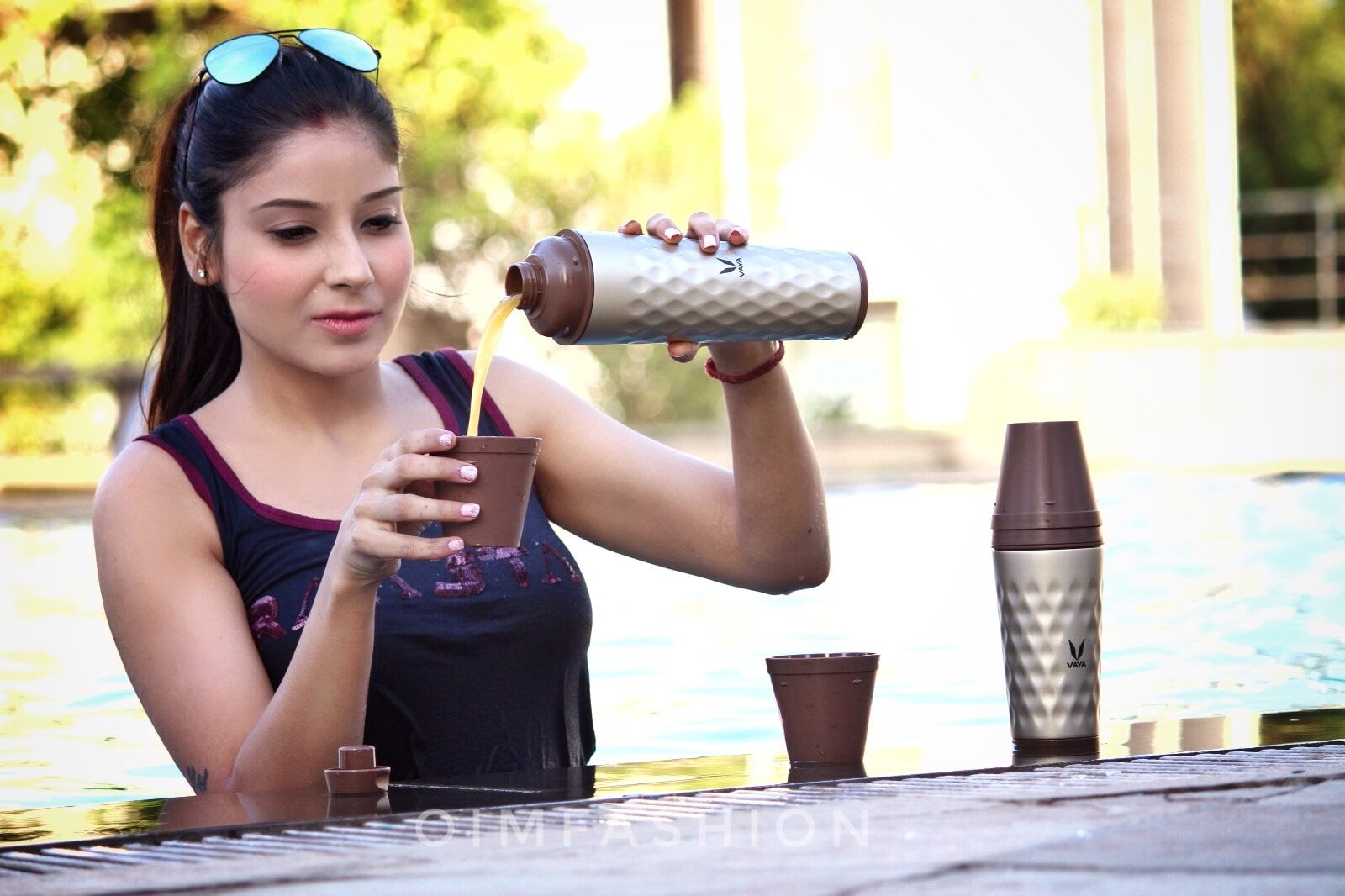 sippers, stylish sippers, gulpers, vaya India, vaya, Swimming pool photography, Tumblers, best tumblers online, stylish tumblers, vaya tumblers, Oimfashion, summer fashion, pool side photography, how to style in summers, tumblers with glasses, reflectors, hair bun,