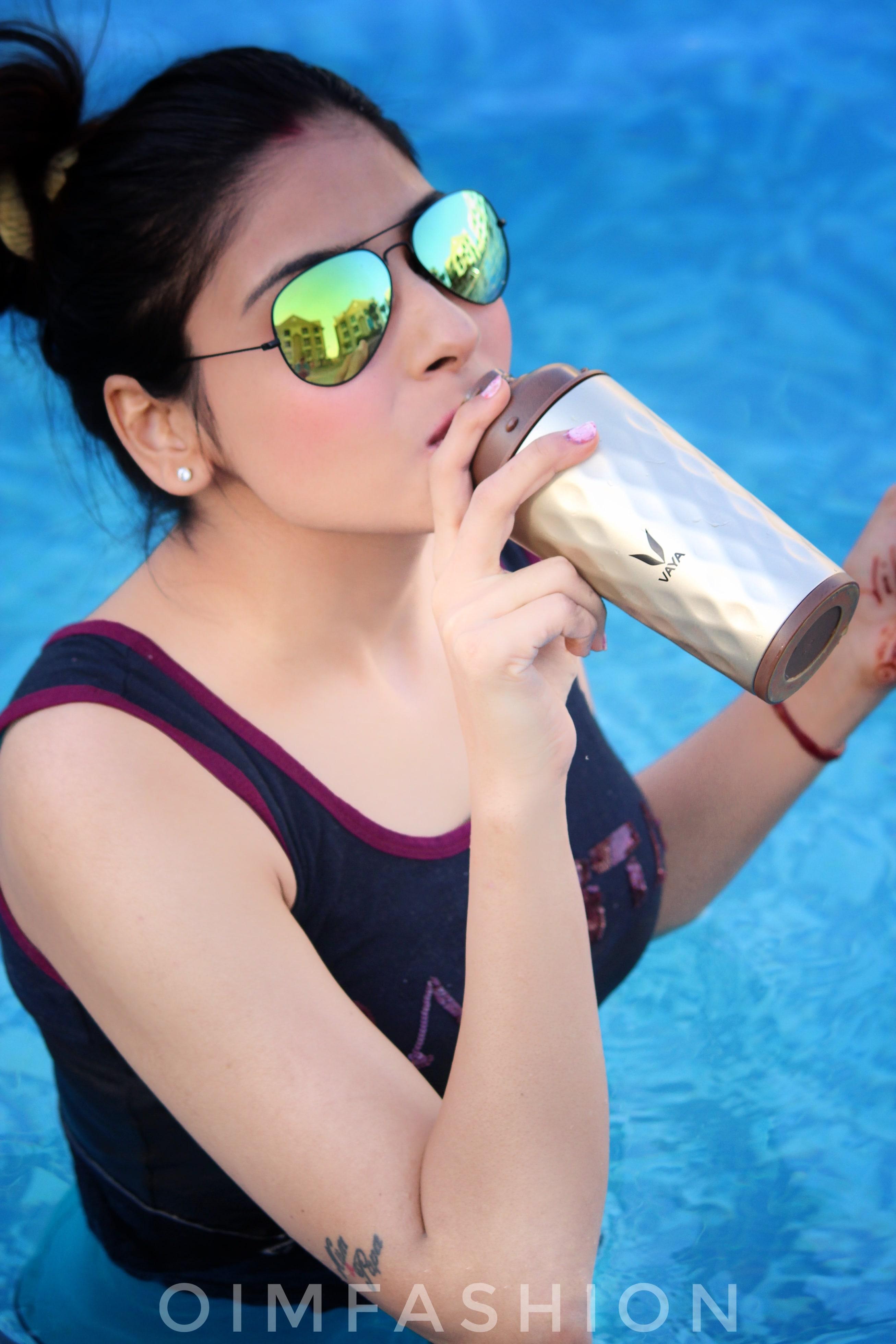 vaya India, vaya, Swimming pool photography, Tumblers, best tumblers online, stylish tumblers, vaya tumblers, Oimfashion, summer fashion, pool side photography, how to style in summers, tumblers with glasses, reflectors, hair bun,